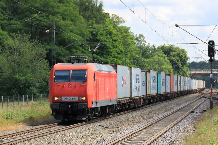 145 043 durchfährt mit einem Containerzug den Bahnhof Lauenbrück.