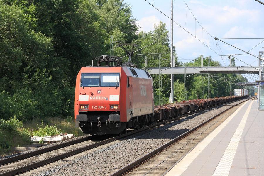 185 068 durchfährt mit einem Containerzug den Bahnhof Lauenbrück.
