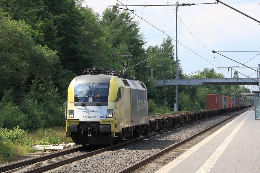 ES 64 U2-007 (182 507) durchfährt mit einem Containerzug den Bahnhof Lauenbrück.
