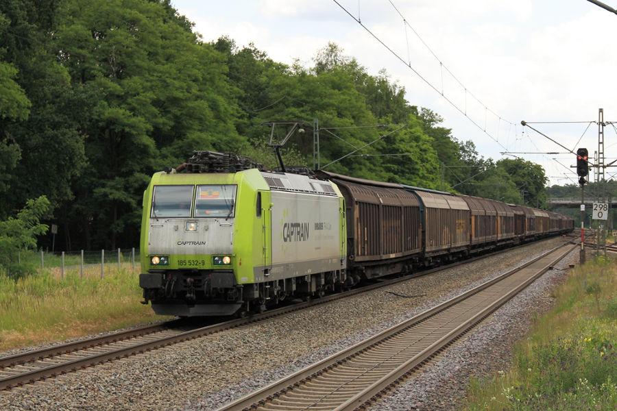 185 532 durchfährt mit einem Güterzug den Bahnhof Lauenbrück.