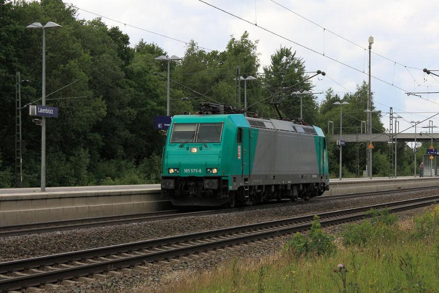 185 575 durchfährt den Bahnhof Lauenbrück.