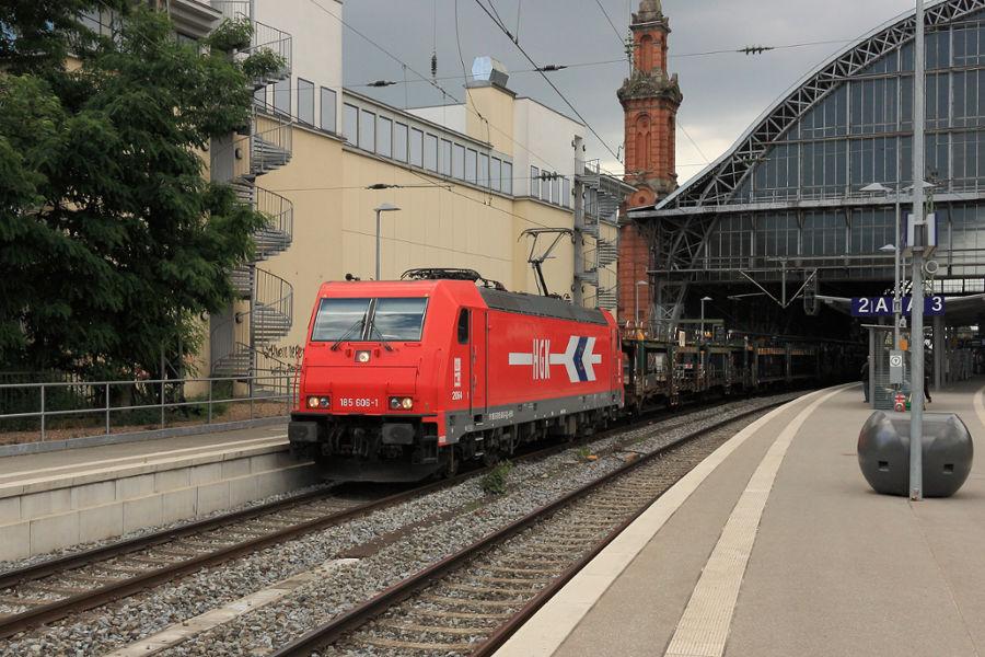 185 606 durchfährt mit einem Güterzug den Bremer Hauptbahnhof.