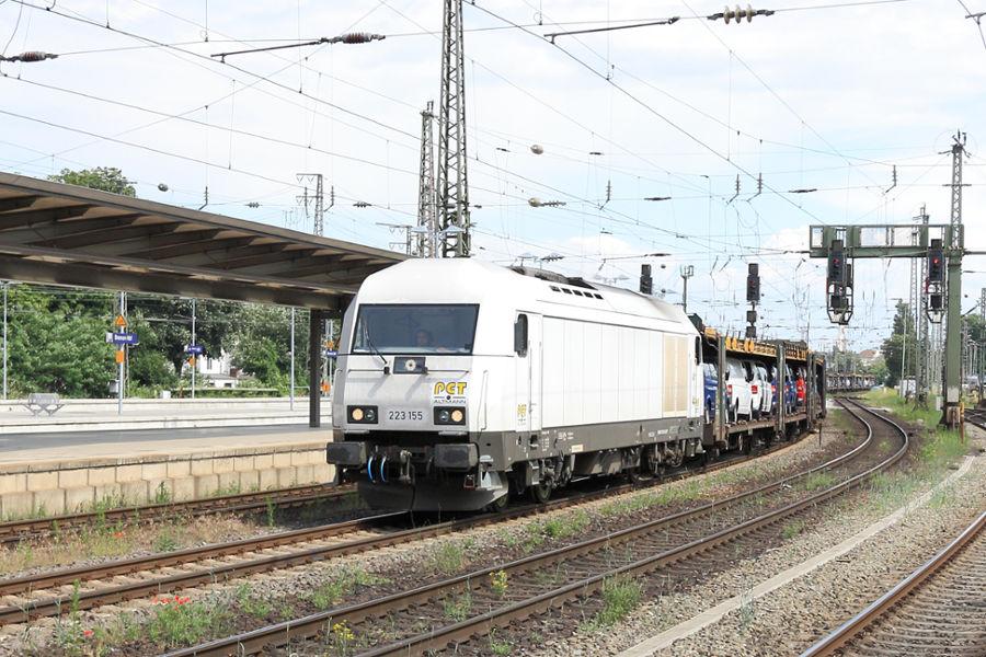 223 155 durchfährt mit einem Neuwagenzug den Bremer Hauptbahnhof.