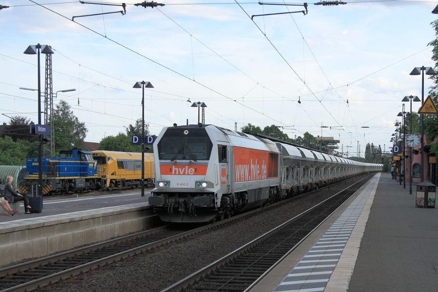 V 490.2 (264 012) durchfährt mit einem Schüttgutzug den Bahnhof Uelzen.