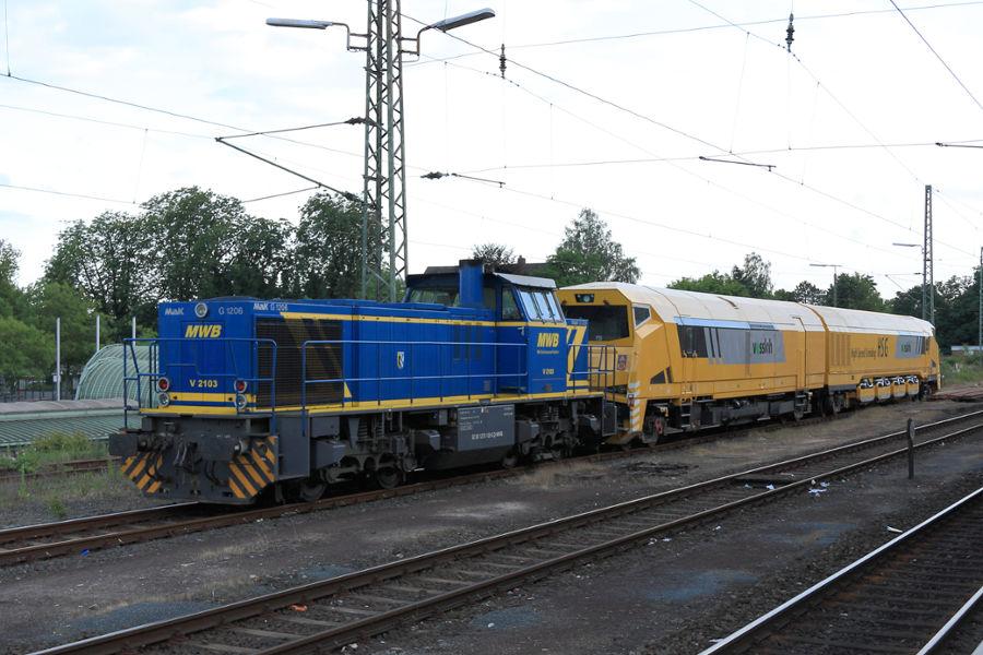 MWB V 2103 (275 103) und Stahlberg Roensch GmbH & Co. KGs Hochgeschwindigkeitsschleifer 527 001 im Bahnhof Uelzen.