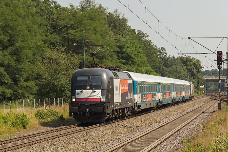 ES 64 U2 - 030 (182 530) und ES 64 U2 - 026 (182 526) mit HKX 1802 durchfahren den Bahnhof Lauenbrück.