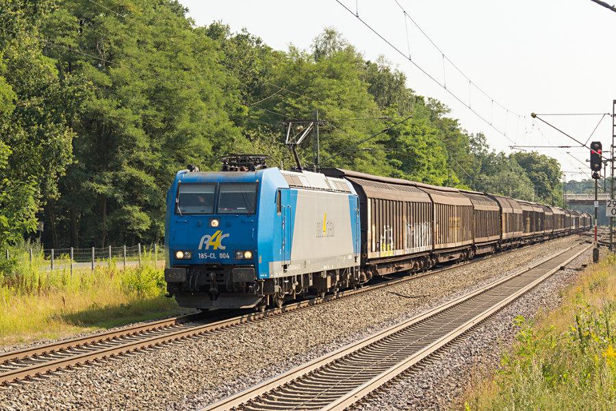 185-CL 004 (185 504) durchfährt mit einem Schiebewandwagenzug den Bahnhof Lauenbrück.