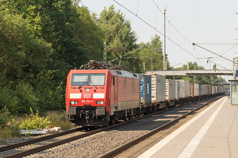 189 014 durchfährt mit einem Containerzug den Bahnhof Lauenbrück.