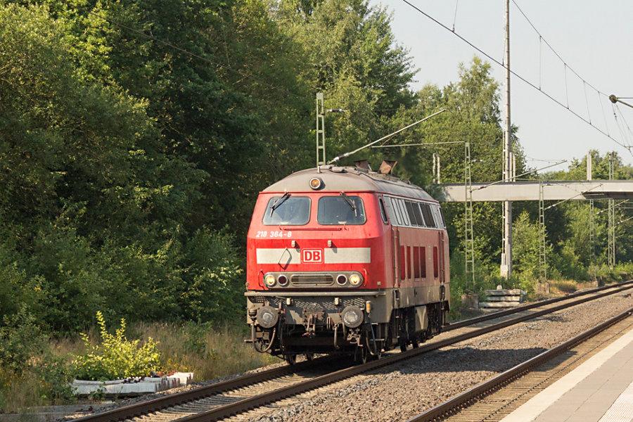 218 364 durchfährt den Bahnhof Lauenbrück.