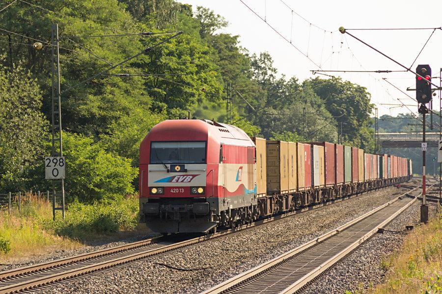 EVB 420 13 (223 033) durchfährt mit einem Containerzug den Bahnhof Lauenbrück.