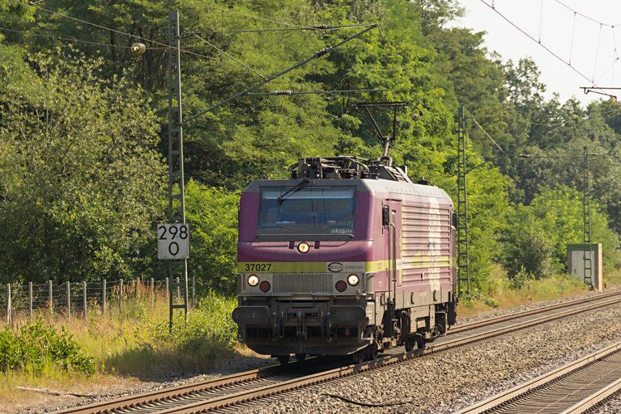 37 027 durchfährt den Bahnhof Lauenbrück.