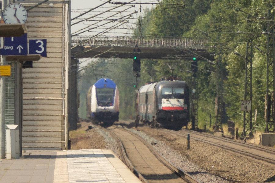 MEr 81912 und HKX 1802 hinter dem Bahnhof Lauenbrück.