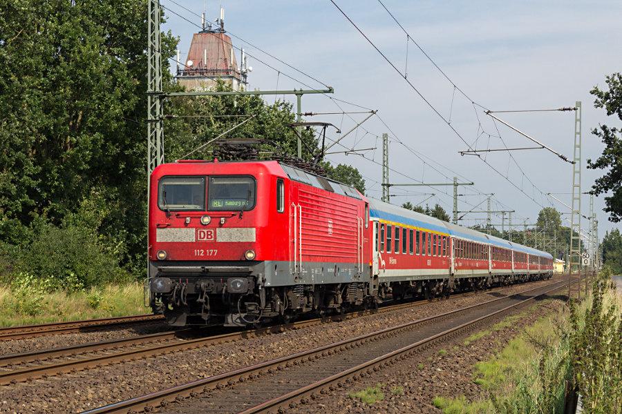 112 177 mit RE 21071 nach der Durchfahrt des Bahnhofs Brokstedt.