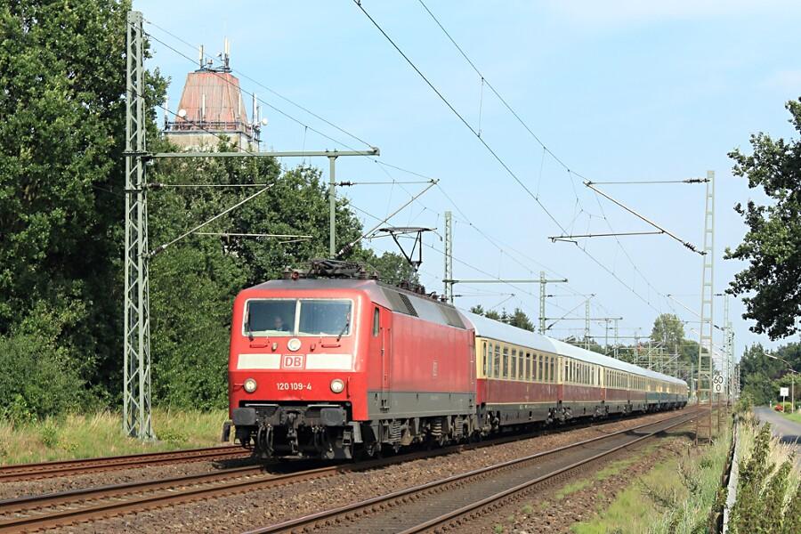 120 109 mit IC 2417 (IC '79) nach der Durchfahrt des Bahnhofs Brokstedt.