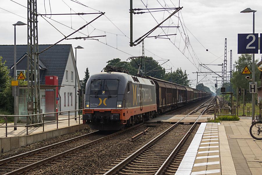 242.516 (182 516) durchfährt mit einem Güterzug den Bahnhof Brokstedt.