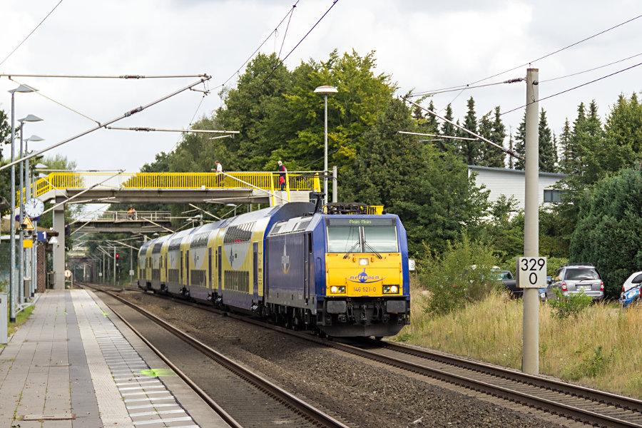 metronom-Leihlok 146 521 bei der Ausfahrt aus dem Haltepunkt Klecken.