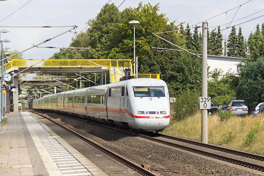 401 080 bei der Durchfahrt des Haltepunkts Klecken.