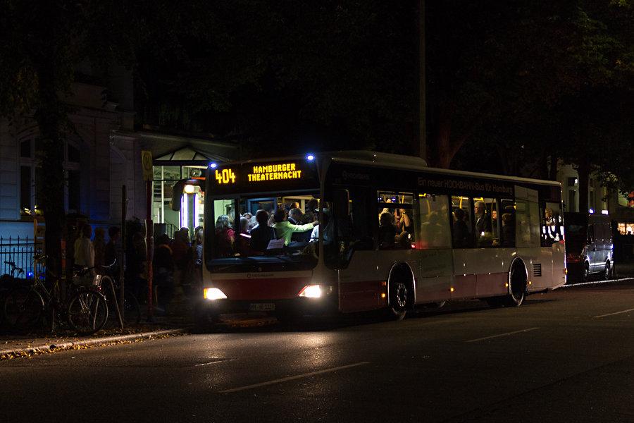 HHA 1110 auf der Linie 404 an der Sonderhaltestelle Kammerspiele bei der Hamburger Theaternacht 2012.
