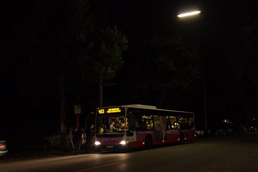 HHA 2729 auf der Linie 403 an der Sonderhaltestelle Kammerspiele bei der Hamburger Theaternacht 2012.