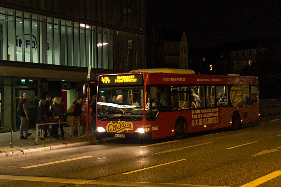 HHA 2814 auf der Linie 404 an der Sonderhaltestelle Kampnagel bei der Hamburger Theaternacht 2012.