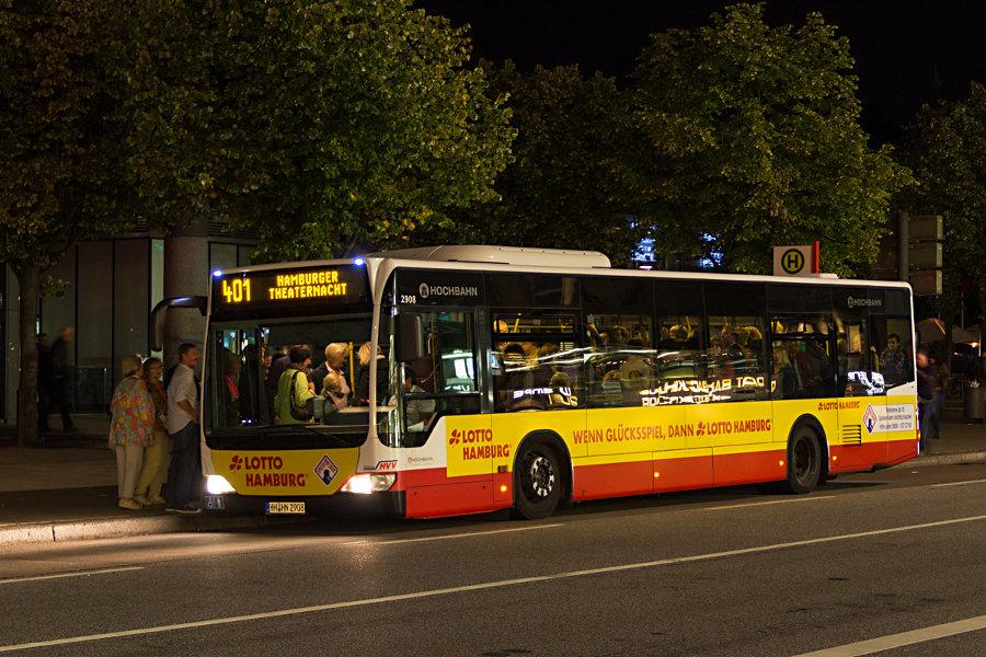 HHA 2908 auf der Linie 401 an der Haltestelle U/S Jungfernsteig bei der Hamburger Theaternacht 2012.