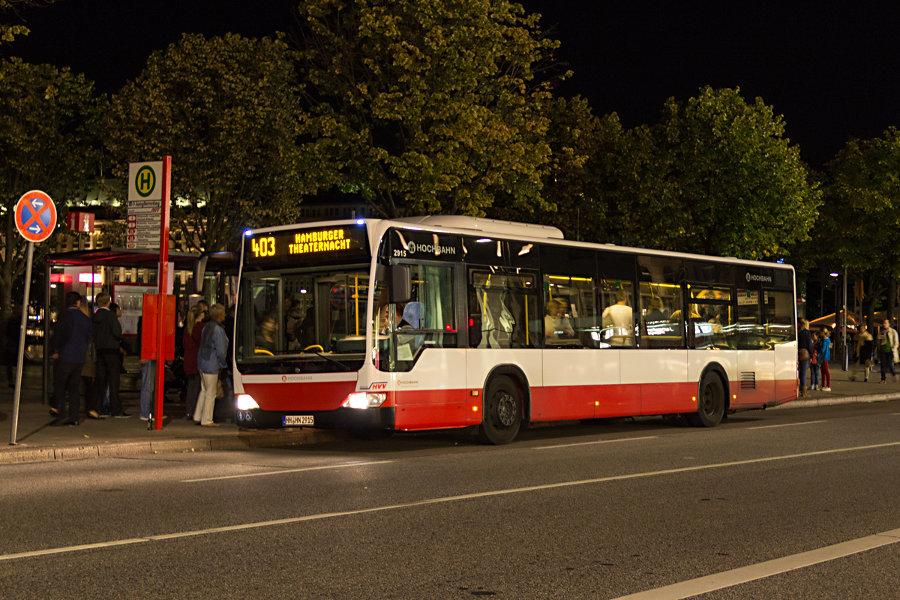 HHA 2915 auf der Linie 403 an der Haltestelle U/S Jungfernsteig bei der Hamburger Theaternacht 2012.