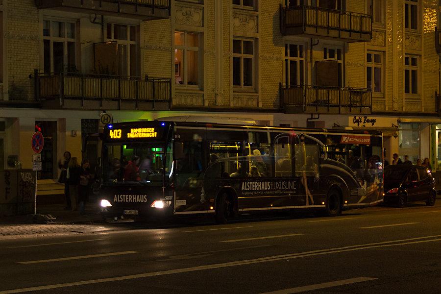 HHA 6016 auf der Linie 403 an der Sonderhaltestelle Kampnagel bei der Hamburger Theaternacht 2012.