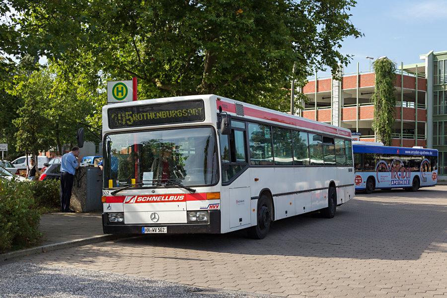 """HOV 6502 (ex HHA) während des """"Tags des offenen Denkmals"""" 2012 auf der Busananlage des S-Bahnhofs Veddel."""