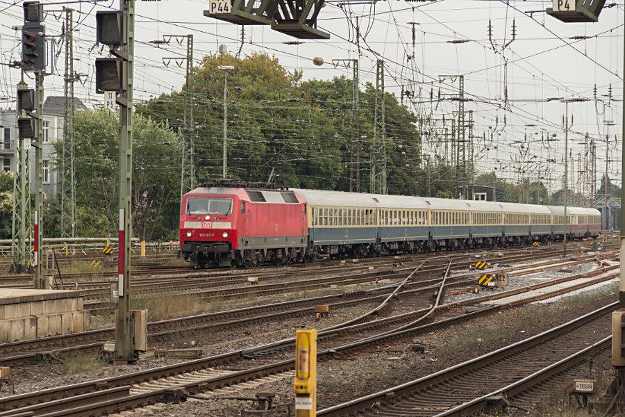 120 103 mit IC 2410 (IC '79) bei der Einfahrt in den Bremer Hauptbahnhof.