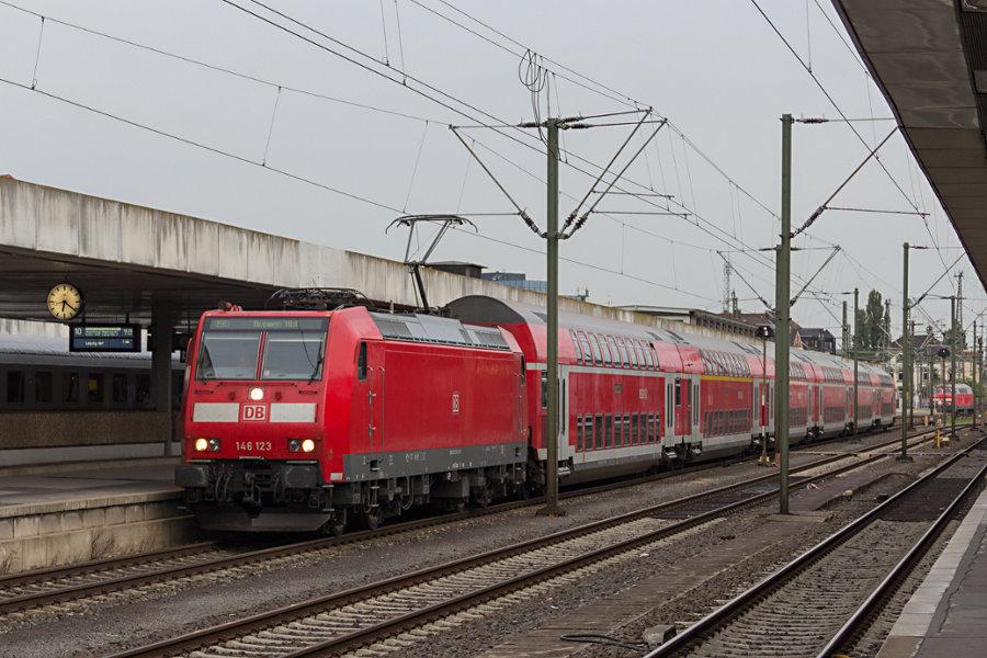 146 123 mit einem RE nach Bremen bei der Abfahrt Hannover Hauptbahnhof.