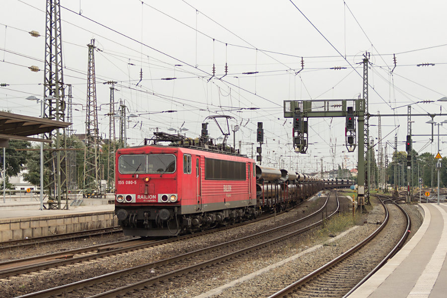 155 080 mit Güterzug durchfährt den Bremer Hauptbahnhof.