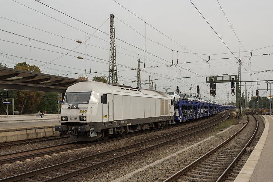 223 157 mit Autozug durchfährt Bremen Hauptbahnhof.