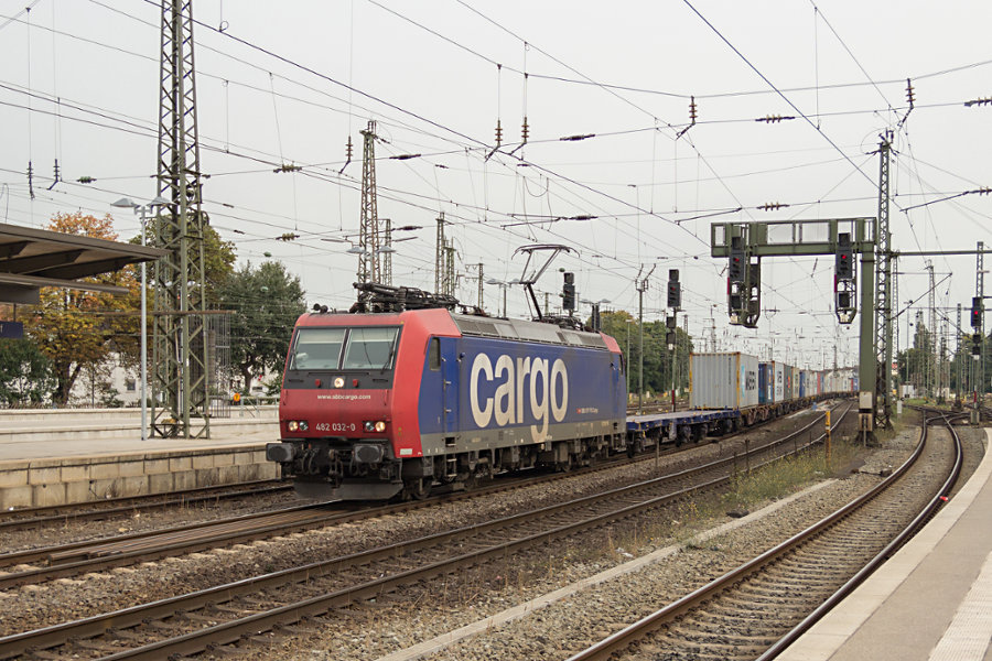 482 032 mit Containerzug durchfährt Bremen Hauptbahnhof.