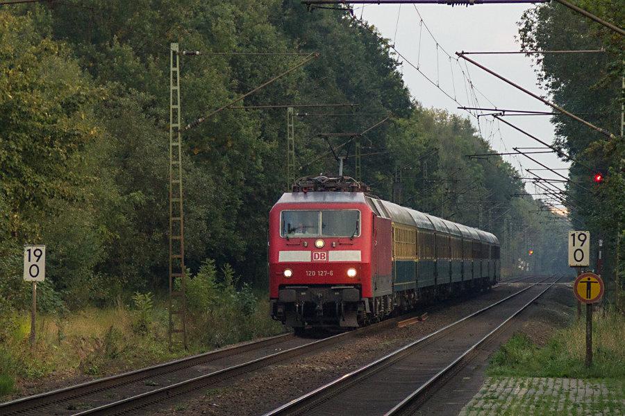 120 127 mit IC 2410 (IC '79) bei der Durchfahrt durch den Haltepunkt Prisdorf.
