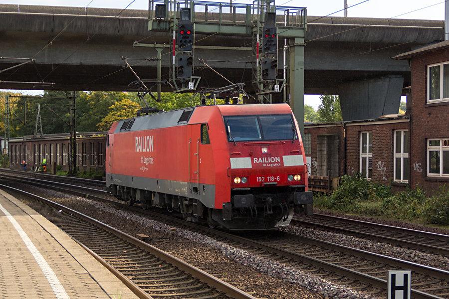 152 118 durchfährt den Bahnhof Hamburg-Harburg.