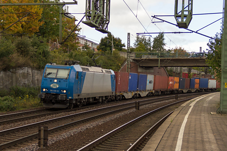 185 519 durchfährt mit einem Güterzug den Bahnhof Hamburg-Harburg.