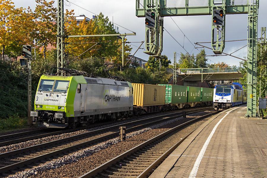 185 541 und 246 009 im Bahnhof Hamburg-Harburg.