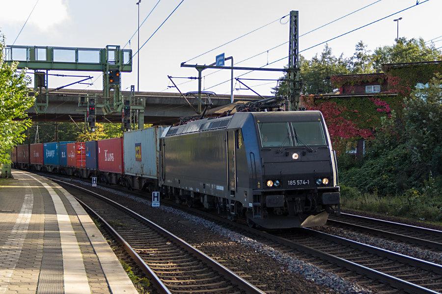 185 574 durchfährt mit einem Güterzug den Bahnhof Hamburg-Harburg.