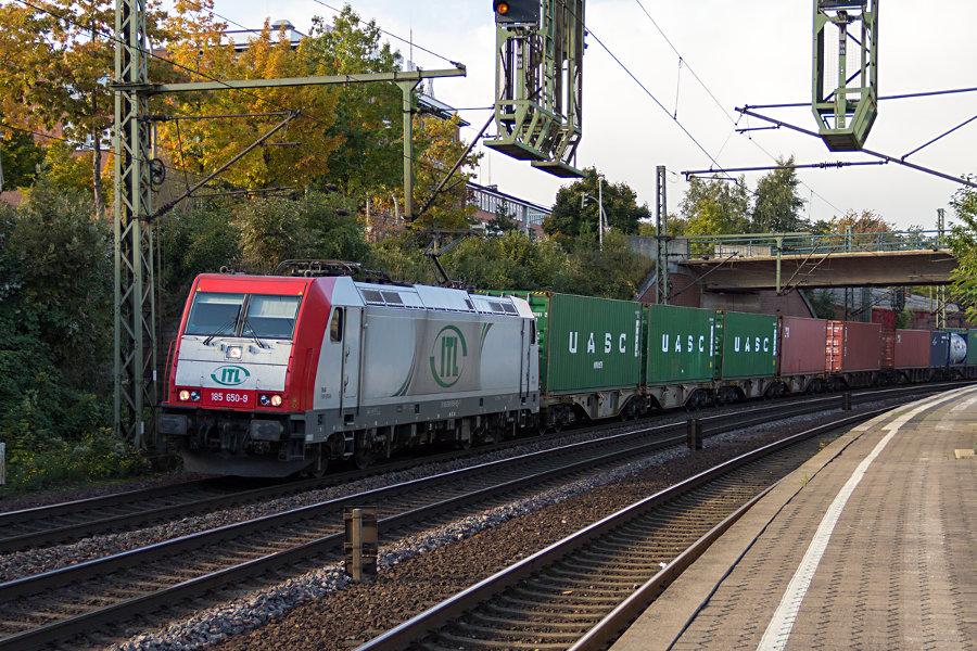 185 650 durchfährt mit einem Güterzug den Bahnhof Hamburg-Harburg.