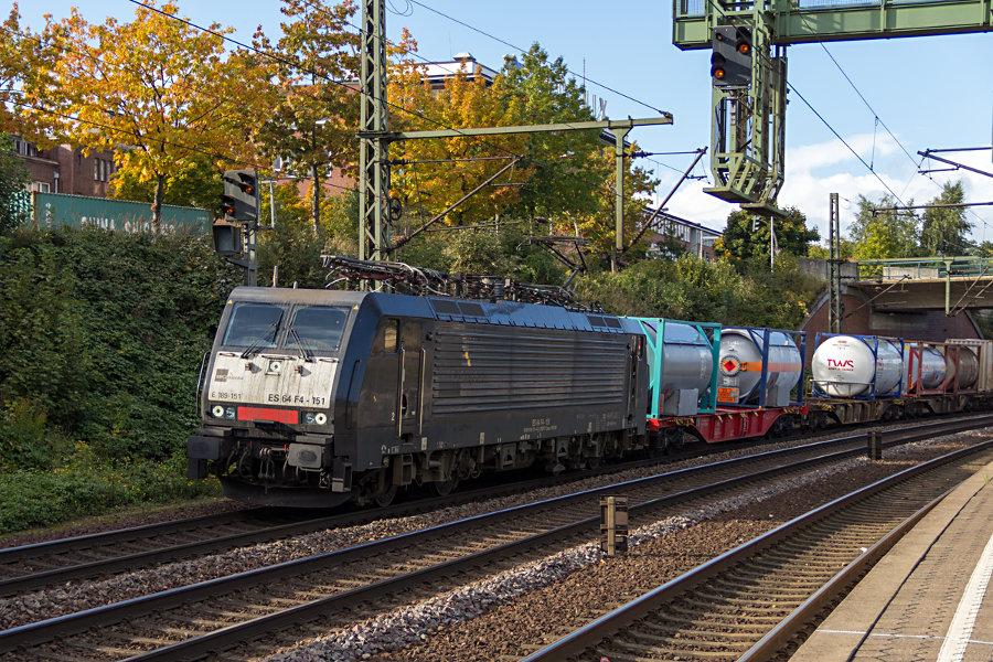 189 151 durchfährt mit einem Güterzug den Bahnhof Hamburg-Harburg.