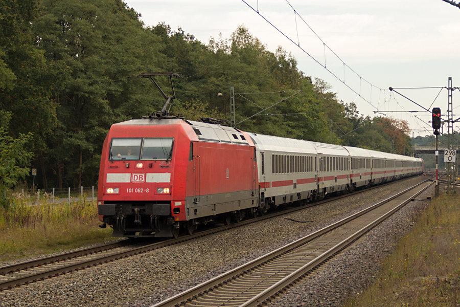 101 062 und 101 131 im Sandwich durchfahren mit einem IC den Bahnhof Lauenbrück.