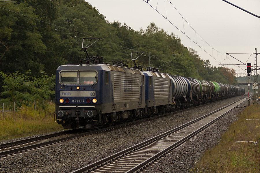 143 041 und 143 571 durchfahren mit einem Güterzug den Bahnhof Lauenbrück.