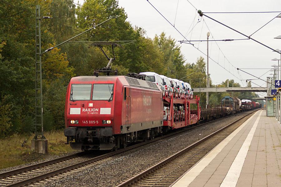 145 005 durchfährt mit einem Güterzug den Bahnhof Lauenbrück.