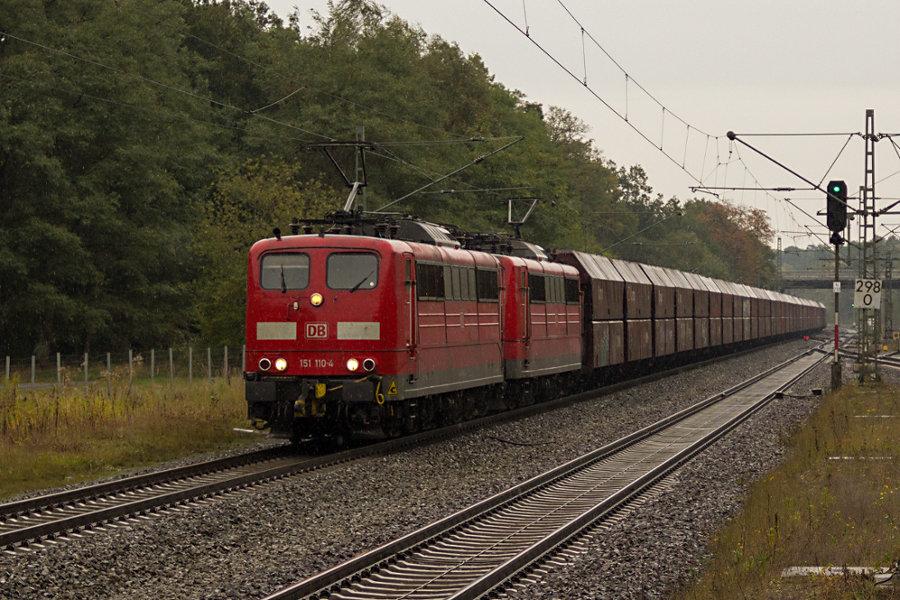 151 110 und 151 157 durchfahren mit einem Güterzug den Bahnhof Lauenbrück.