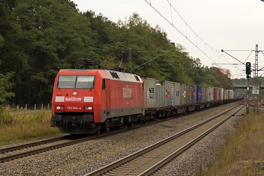 152 044 durchfährt mit einem Güterzug den Bahnhof Lauenbrück.