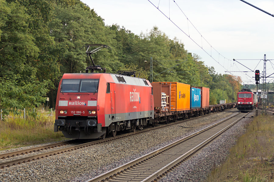 152 086 und 155 194 durchfahren parallel mit ihren Güterzügen den Bahnhof Lauenbrück.