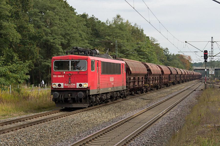 155 080 durchfährt mit einem Güterzug den Bahnhof Lauenbrück.