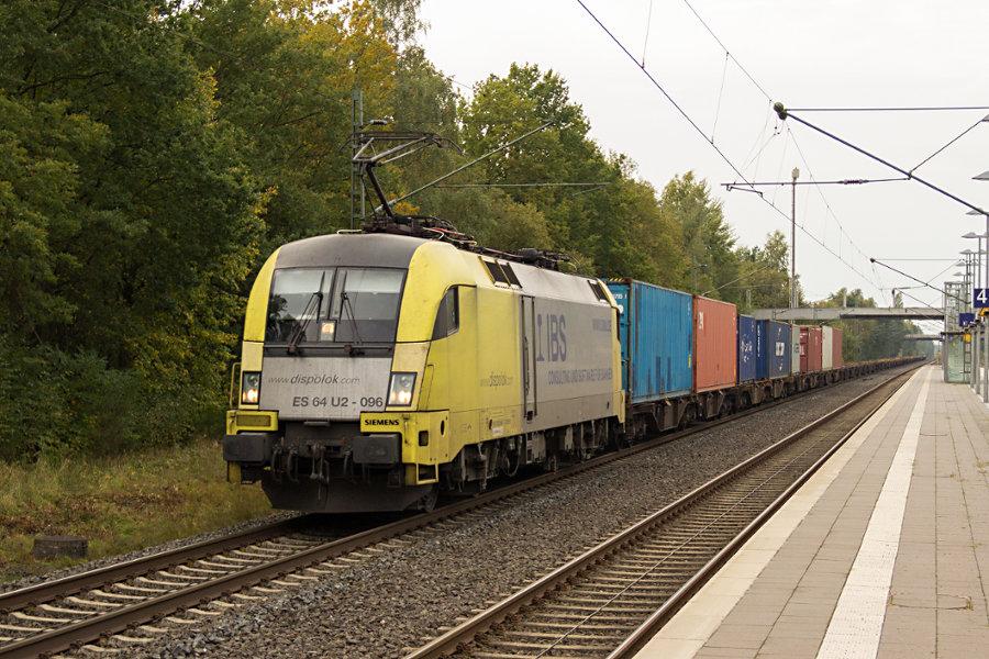 182 596 durchfährt mit einem Güterzug den Bahnhof Lauenbrück.
