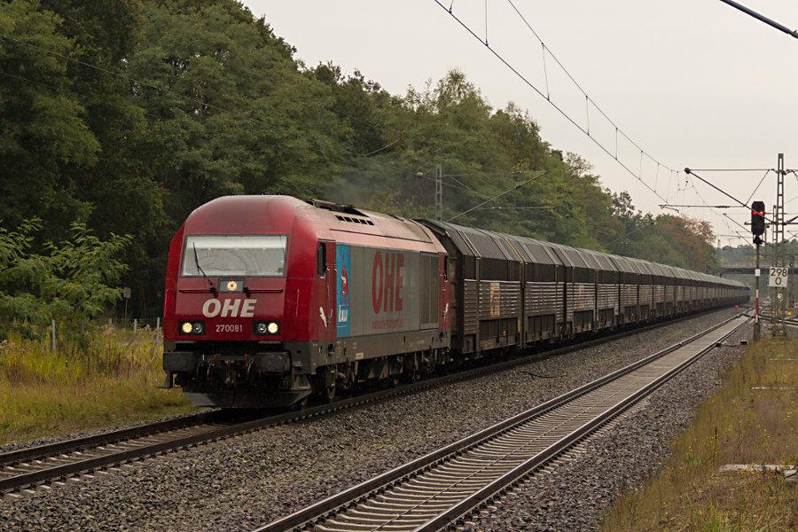223 102 durchfährt mit einem Güterzug den Bahnhof Lauenbrück.