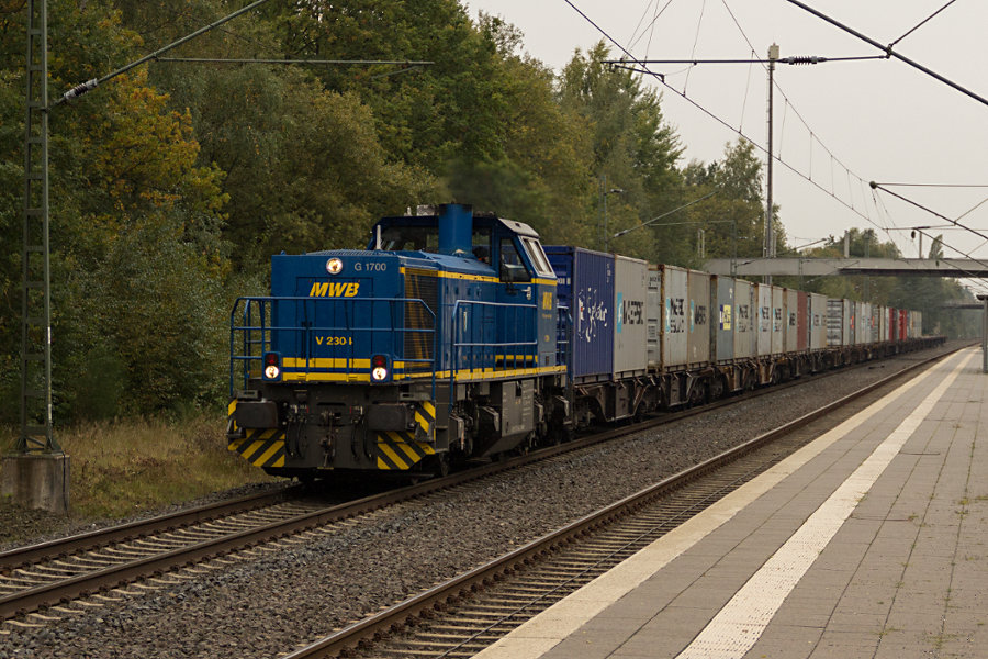 277 404 durchfährt mit einem Güterzug den Bahnhof Lauenbrück.